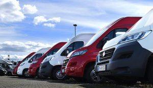 Teaserbild der Gebrauchtwagen auf der Kaufseite von Rentmobil - Abwechselnd in rot und weiss aufgereihte Caravans